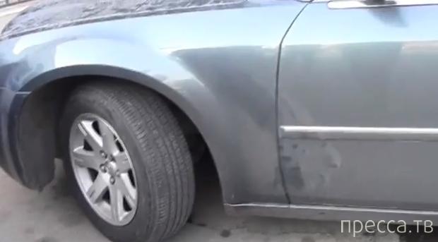 Попытка полицейских забрать у женщины арестованный за долги автомобиль у здания суда... Актоба, Казахстан