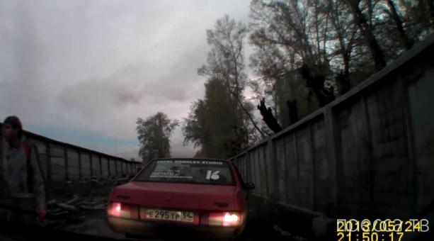 Обозвала козлом и немного получила... Разборки на дороге в Новосибирске. Похоже на фейк ! Смотрите сами!