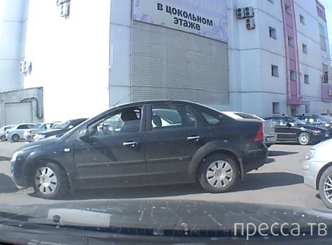 """Девушка зацепила припаркованный автомобиль и скрылась с места ДТП... ТЦ """"Карамель"""", Иркутск"""