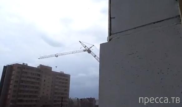 Строительный кран рухнул на жилой девятиэтажный дом в Кирове...