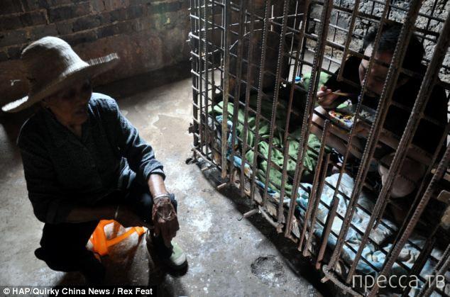 Мать 11 лет держит сына-убийцу в клетке (5 фото)