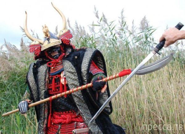 Бельгиец собрал из хлама броню самурая (6 фото)