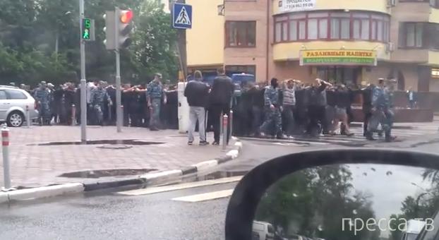 Полиция ведет мигрантов... Реутово, Московская область