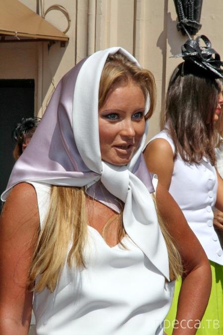 Дана Борисова появилась на скачках без нижнего белья (4 фото)