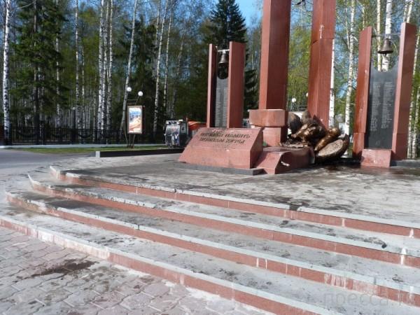 Рецидивист на BMW врезался в мемориал павшим воинам... Ханты-Мансийск