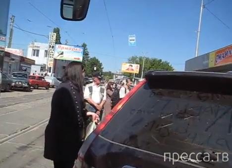 """Девушка оставила """"Хонду"""" на трамвайных путях и ушла за покупками... ДТП на Благовещенском базаре, Харьков"""