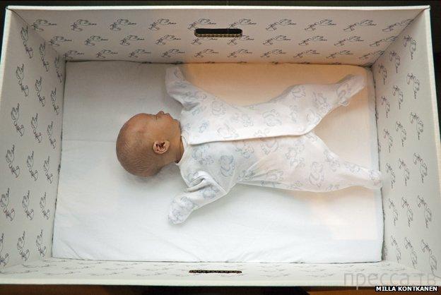 Угадайте, почему финские младенцы спят в картонных коробках? (2 фото)