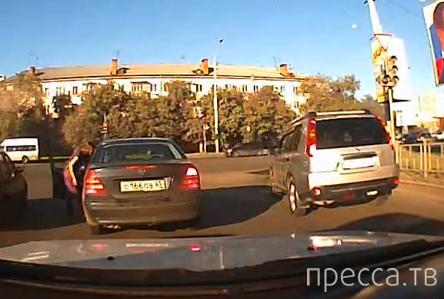 Две автоледи поссорились на дороге. Одна другую побила... ДТП в Омске