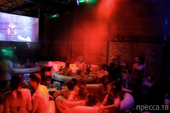 Новый тренд в кинопросмотрах – Hot Tub Cinema (13 фото)