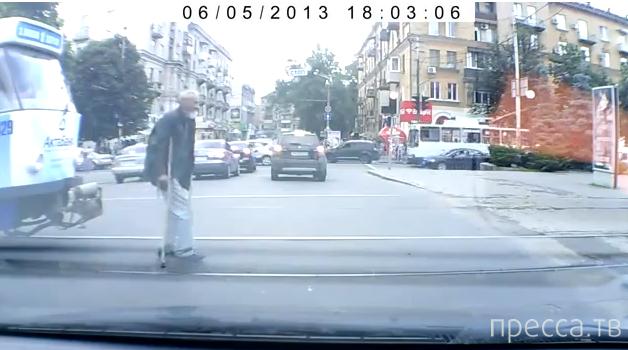 Водитель трамвая побил деда на костылях...