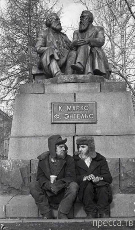 Прикольные фотографии с памятниками (16 фото)