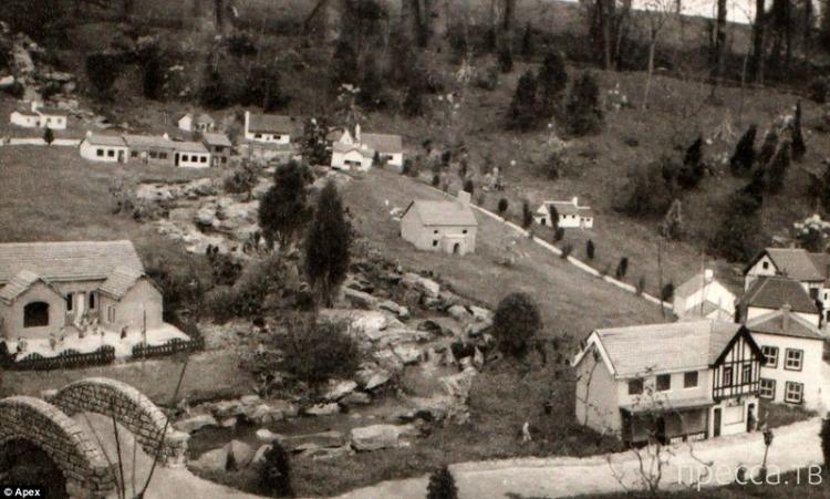 Мужчина 50 лет строит мини-деревню (10 фото)