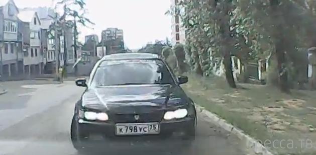 Водитель Honda Accord вылетел на встречку, протаранил в лоб Toyota Gaia и скрылся... ДТП на ул. Нечаева, Чита