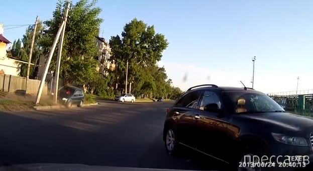 Водительница перепутала педали и врезалась в столб...