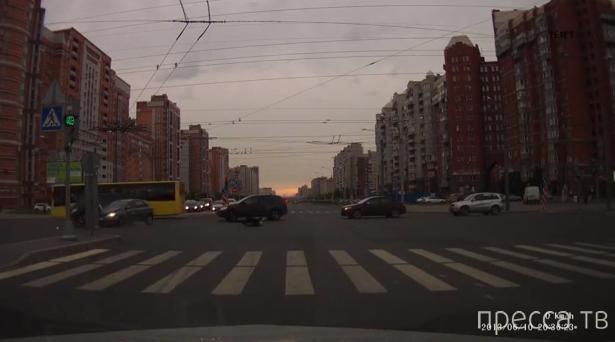 Полет мотоциклиста... Столкновение на перекрестке в Санкт-Петербурге