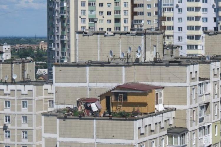 В Киеве свой Карлсон на крыше (2 фото)