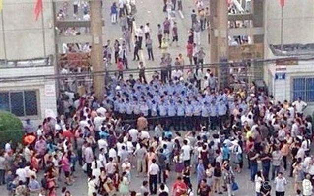 Необычная акция протеста около китайской школы... (фото + видео)