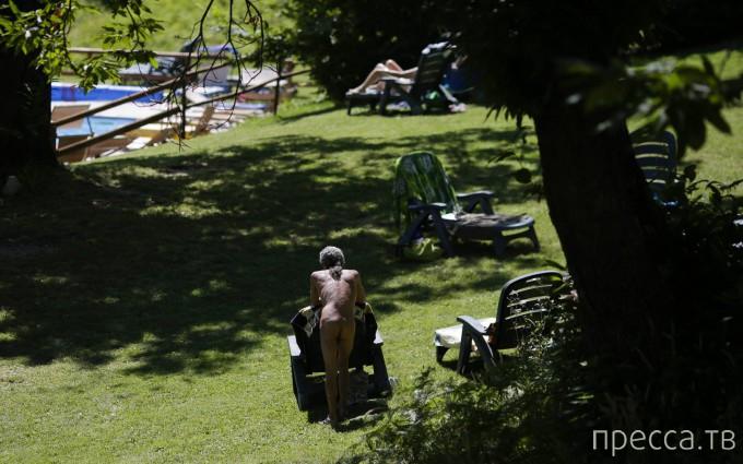 Слет веб-сообщества нудистов iNudisti в пригороде Болоньи (18 фото)