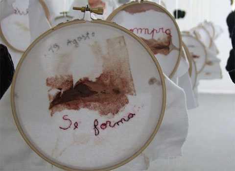 Женщина открыла выставку своей менструальной крови (фото + видео)