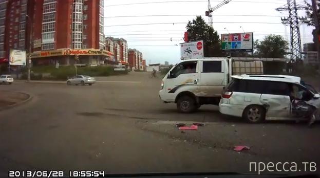 Автобус столкнулся с четырьмя легковушками... ДТП в Иркутске