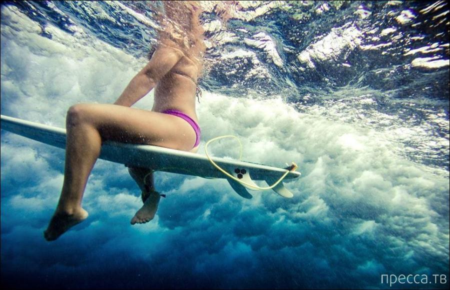 Девушки-серферы в океанских волнах (15 фото)