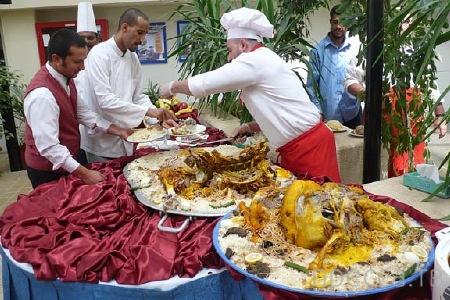 Запеченный верблюд - самое большое в мире блюдо (6 фото)