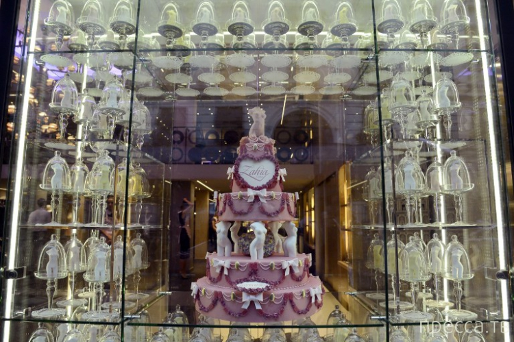 Знаменитая алжирская проститутка - Захия Дехар открыла будуарный бутик в Париже (10 фото)