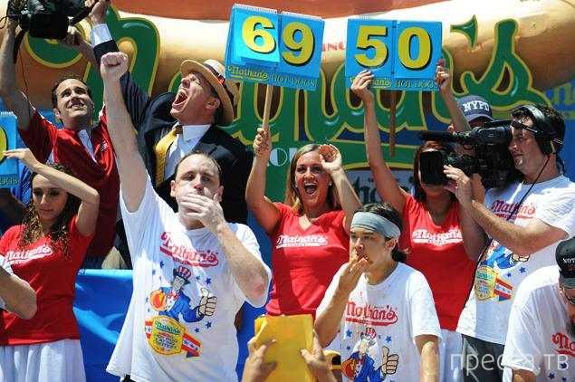 Американец съел 69 хот-догов и установил новый мировой рекорд (4 фото)