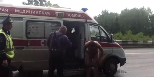 Голый наркоман бегал по оживленной дороге... Новосибирск