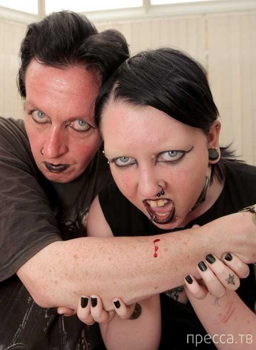 Пара вампиров пьет кровь друг друга от большой любви (3 фото + видео)