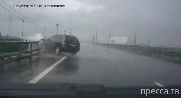 """Водитель Hyundai не справился с управлением и врезался в отбойник... ДТП по дождю на трассе М-4 """"Дон"""", Московская область"""