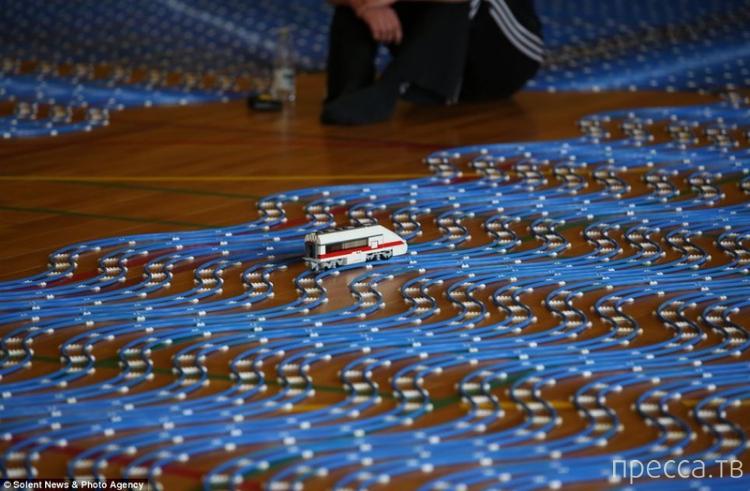 Самая длинная игрушечная железная дорога из конструктора LEGO (9 фото)