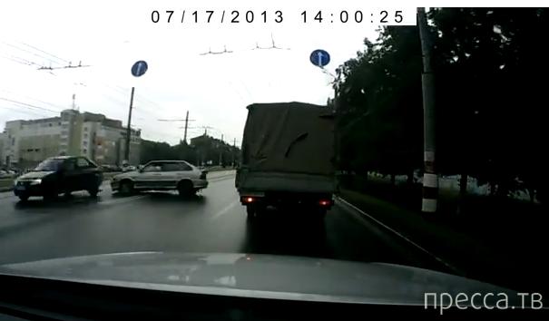 ВАЗ 2114 вылетел на встречку, столкнулся с Renault Logan и скрылся... ДТП на Сормовском шоссе, Нижний Новгород