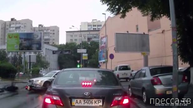 """Водитель мотоцикла Kawasaki хотел объехать пробку по встречке и врезался в """"Шкоду""""... ДТП на Кловском спуске, Киев"""