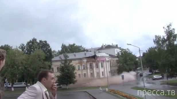 В Костроме обрушилась часть дома на набережной...