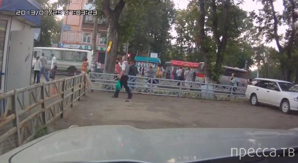 Сбил ограждение и влетел в толпу... Жесть!!! ДТП в Иркутске
