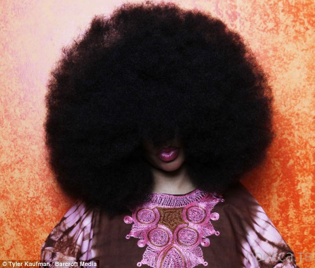 Эвин Дугас - обладательница самой большой прически афро (5 фото)