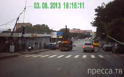 Грузовик-воровайка оборвал провода и сломал столб. ост. Гайдамак г. Владивосток