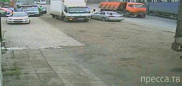 Водитель грузовика не заметил перебегавшую девушку и сбил насмерть... ул. Нахимова, Кемерово. Жесть!!!