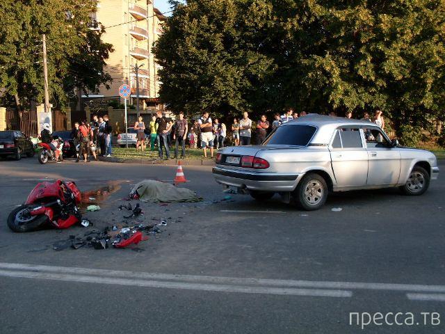 """Мотоциклист погиб на месте после столкновения с """"Волгой""""... ДТП на ул. Мачуги, Краснодар. Жесть!!!"""