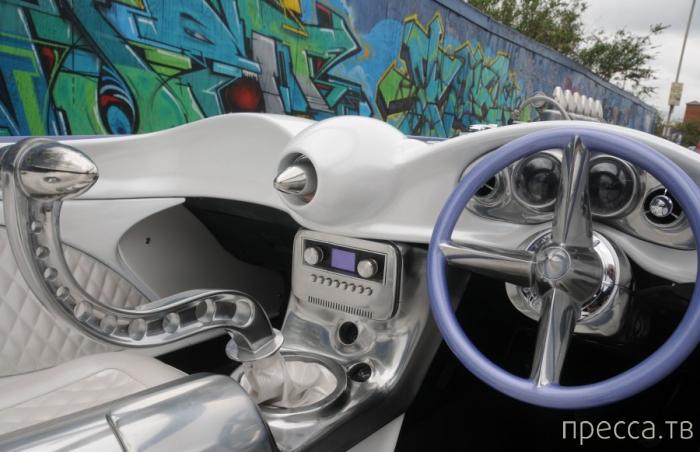 Пол Бэкон собрал автомобиль из бытового мусора (4 фото)