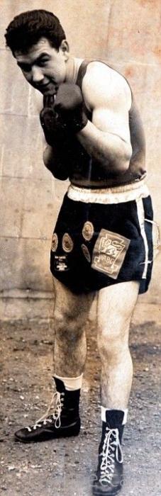 Грабитель залез в дом к пенсионеру-боксеру (7 фото)