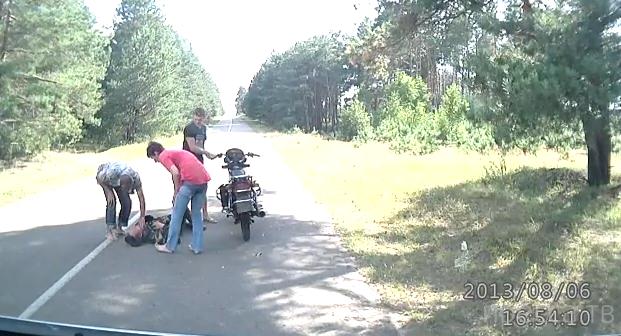 Пьяный мотоциклист заснул посреди дороги...