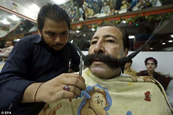 В Пакистане опасно иметь длинные усы (4 фото)