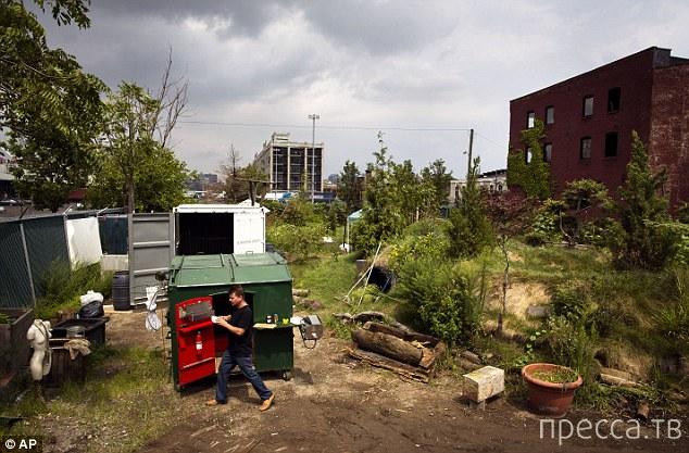 Дом из мусорного контейнера (5 фото + видео)