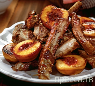 Вкуснятинка: Свиные ребрышки в персиках (4 фото)