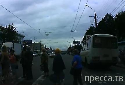Водитель на ВАЗ-2112, без прав,  сбил на переходе пожилую женщину и скрылся... ДТП в Твери