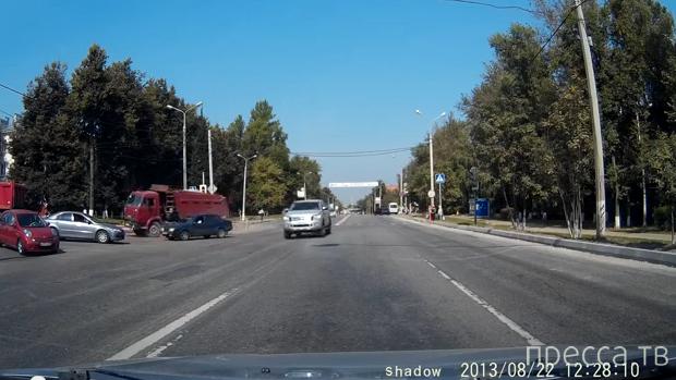 ВАЗ повернул из крайнего левого направо... и не проскочил перед КАМАЗом... ДТП на перекрестке Каширское шоссе-Талалихина, Домодедово