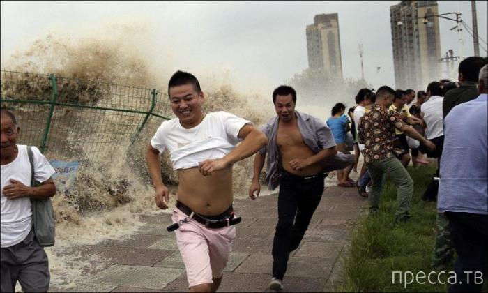 """Зеваки были смыты тайфуном """"Трами"""" в Китае (9 фото)"""
