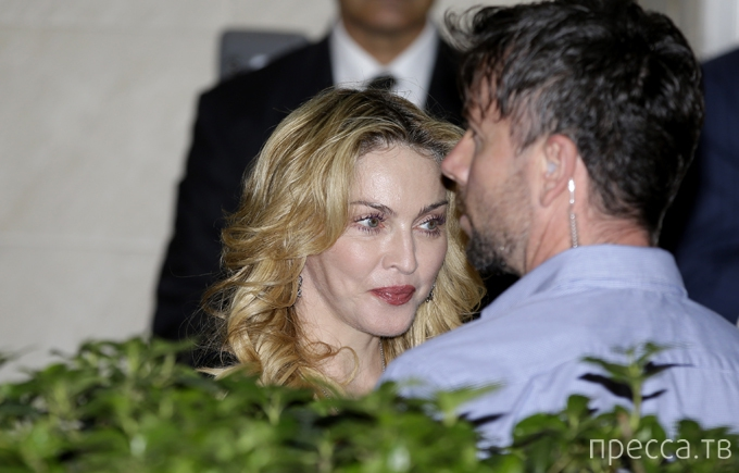 "Мадонна украсила рот золотыми ""грилли"" с бриллиантами (8 фото)"